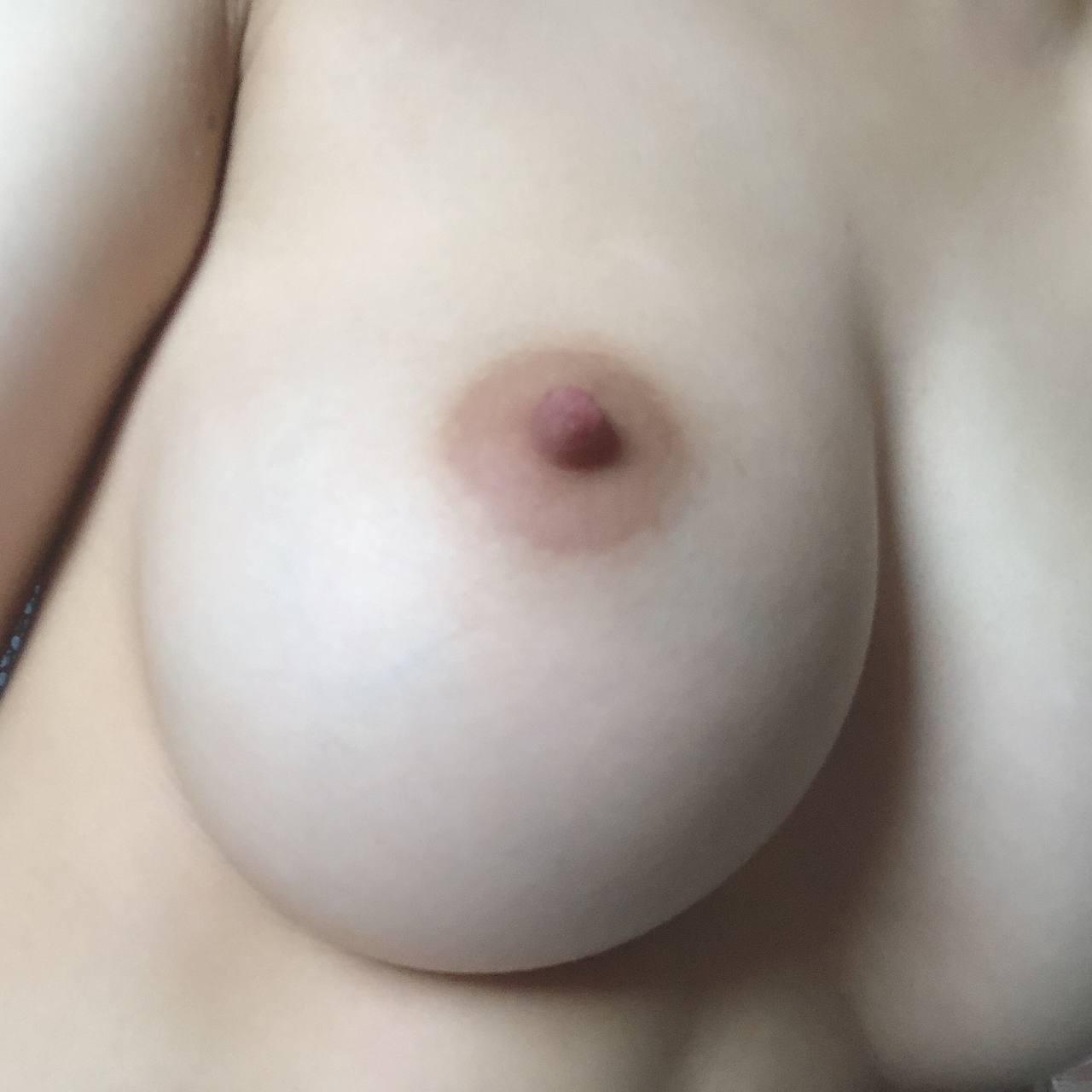 一双明月贴胸前,紫禁葡萄碧玉圆