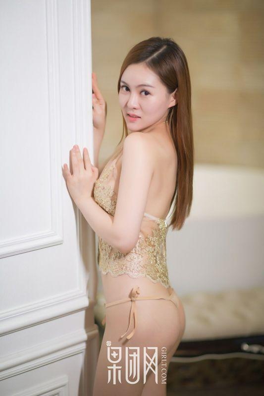 纹身女浴室湿身玩泡泡性感写真