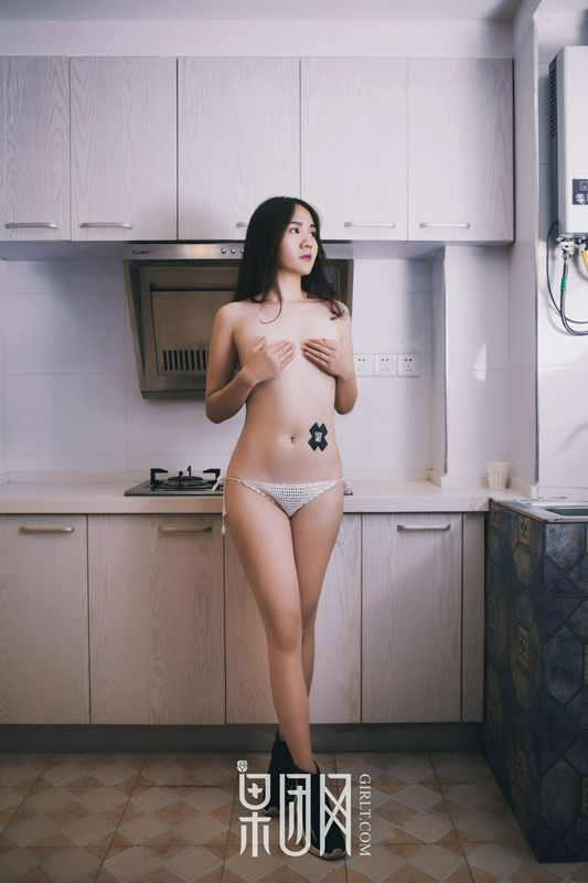 针织网杉搭配牛仔短裤人体摄影写真