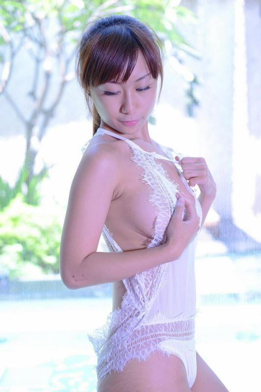 亚洲白纱飘飘性感小女生给你看的硬梆梆
