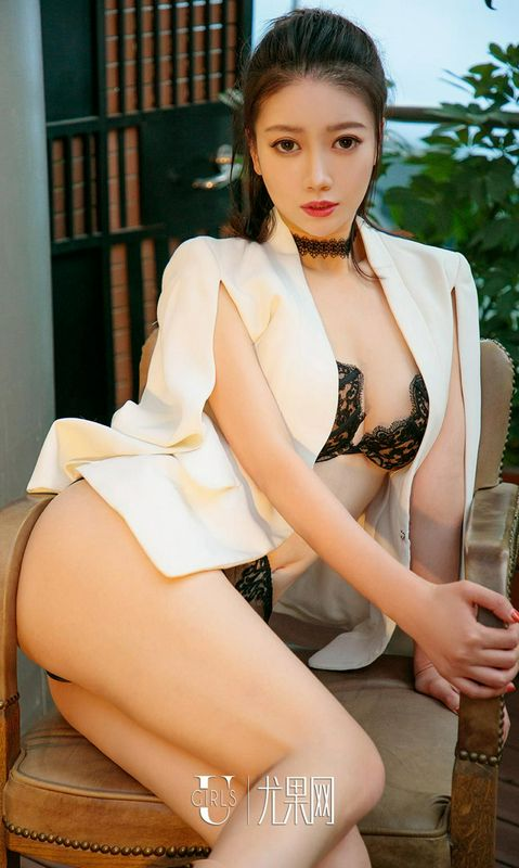 杨娜肩披白西装烛光迷情暖心房