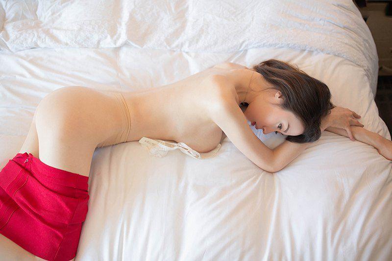 真空躺卧女子
